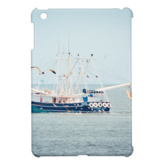 Blaues Garnele-Boot auf dem Ozean Hüllen Für iPad Mini