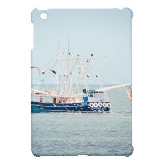 Blaues Garnele-Boot auf dem Ozean iPad Mini Hülle