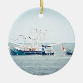 Blaues Garnele-Boot auf dem Ozean Keramik Ornament
