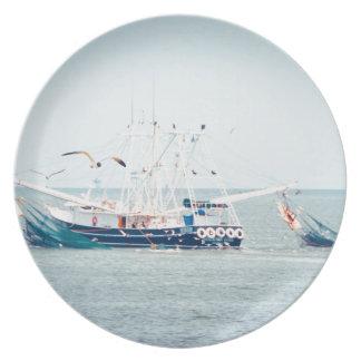 Blaues Garnele-Boot auf dem Ozean Melaminteller