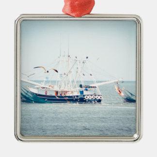 Blaues Garnele-Boot auf dem Ozean Quadratisches Silberfarbenes Ornament