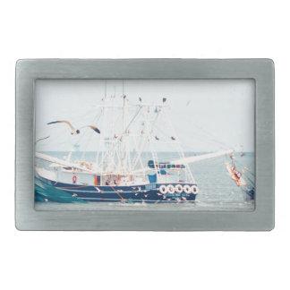 Blaues Garnele-Boot auf dem Ozean Rechteckige Gürtelschnalle