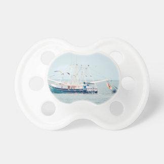Blaues Garnele-Boot auf dem Ozean Schnuller