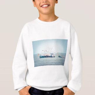 Blaues Garnele-Boot auf dem Ozean Sweatshirt