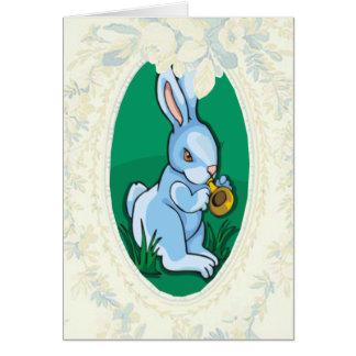 Blaues Häschen, das eine Trompete-Ostern-Karte Grußkarte