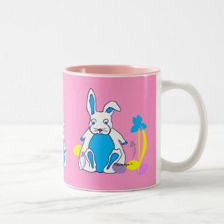 Blaues Häschen Ostern mit Eiern und der Zweifarbige Tasse