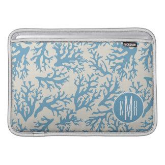 Blaues korallenrotes Monogramm des Muster-| MacBook Sleeve