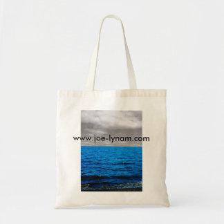 Blaues Meer, Schwarzweiss-Himmel-Taschentasche Budget Stoffbeutel