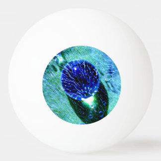 Blaues Regentropfen-Wasser perlt nasses makro Tischtennis Ball