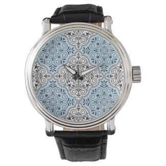 Blaues Rokoko-Muster blühen Uhr