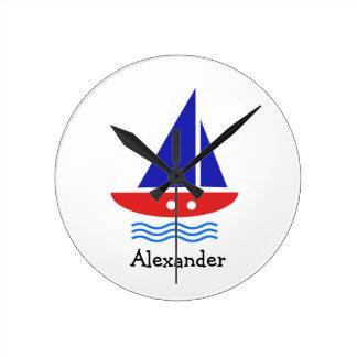 Blaues und rotes Segelboot Runde Wanduhr