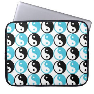 Blaues und schwarzes yin Yang-Muster Laptop Sleeve
