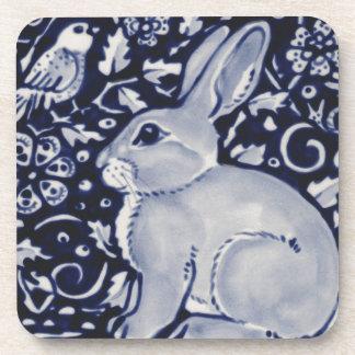 Blaues und weißes Kaninchen mit Getränkeuntersetzer