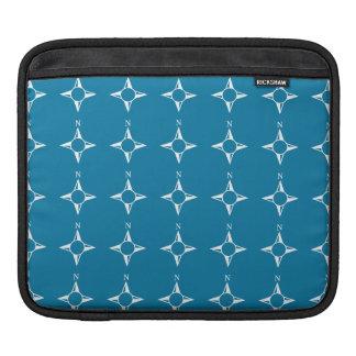 Blaues Weiß des rechtweisend Nord iPad Sleeve