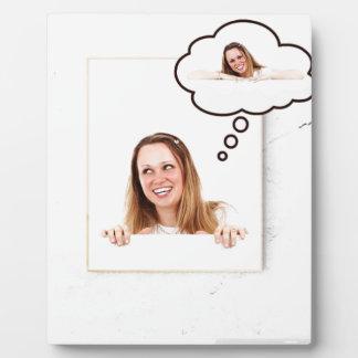 Blonde Frau, die auf weißem Brett denkt Fotoplatte