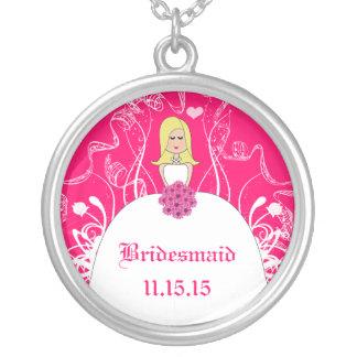 Blonde pinkfarbene halskette mit rundem anhänger
