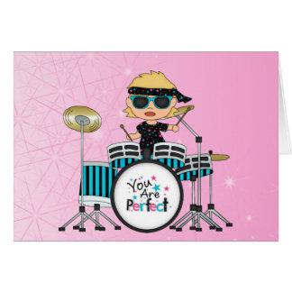 Blondes Schlagzeuger-Mädchen mit Sternen auf Rosa Karte