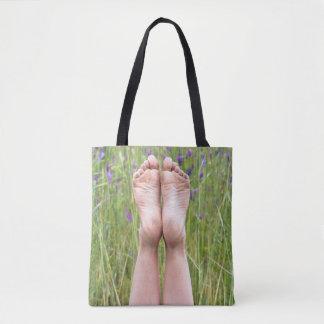 bloße Füße in den Wildblumen Tasche