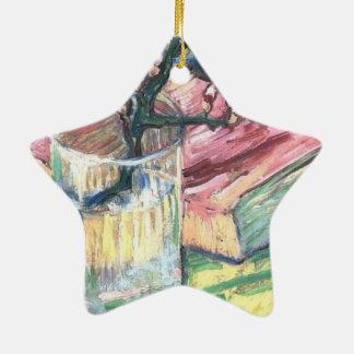 Blühende Mandel verzweigen sich in ein Glas und in Keramik Stern-Ornament