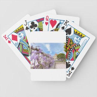 Blühendes blaues Glyzinien sinensis auf Zaun in Bicycle Spielkarten