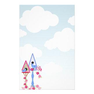 Blume bedeckte Vogel-Haus-Weiß-Wolken Briefpapier