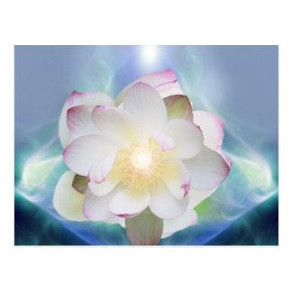 Blume des weißen Lotos im blauen Kristall Postkarte