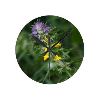 Blume eines Kuhweizens mit Haube Runde Wanduhr