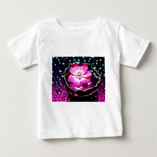 Blume in der Schale Wasser Baby T-shirt