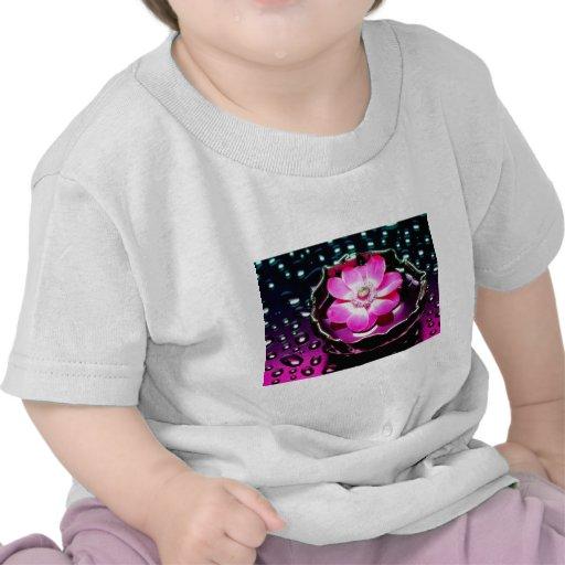 Blume in der Schale Wasser T-shirt
