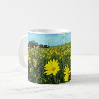 Blumen auf einem Gebiet Kaffeetasse