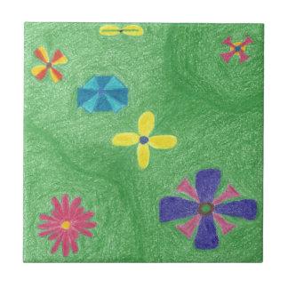 Blumen auf grasartiger Hügel-Fliese Kleine Quadratische Fliese