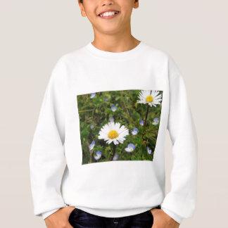 Blumen des weißen Gänseblümchens auf grünem Sweatshirt