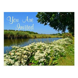 Blumen durch die Fluss-Einladung Postkarte