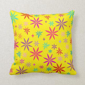 Blumen-Dusche auf gelbem Throw-Kissen Kissen