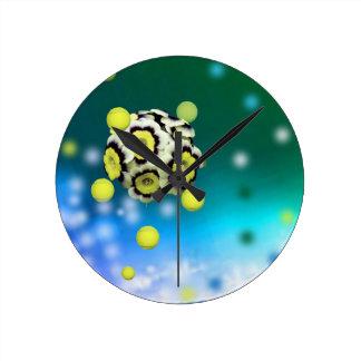 Blumen- und Tennisbälle, die auf Luft fliegen Runde Wanduhr