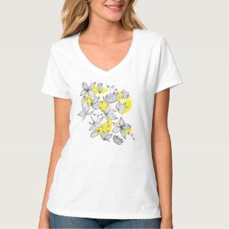 Blumendekoration mit schwarzer Blume auf Gelb T-Shirt