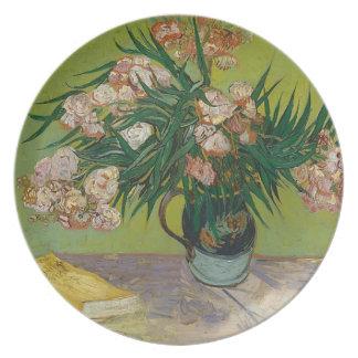 Blumenstrauß der rosa Blumen im Vase Teller