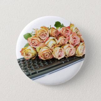 Blumenstrauß der rosa Rosen auf Tastatur Runder Button 5,7 Cm