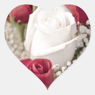 Blumenstrauß der Roter Rosen mit einer weißen Rose Herz-Aufkleber