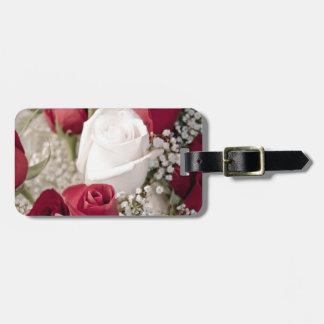 Blumenstrauß der Roter Rosen mit einer weißen Rose Kofferanhänger
