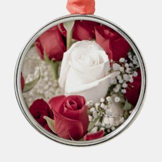 Blumenstrauß der Roter Rosen mit einer weißen Rose Silbernes Ornament