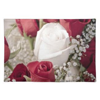 Blumenstrauß der Roter Rosen mit einer weißen Rose Stofftischset