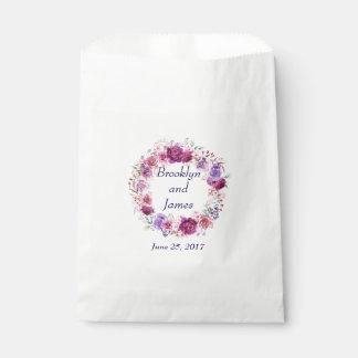 Blumenstrauß des Rosa-A-1 und Burgunders Geschenktütchen