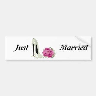 Blumenstrauß-Rosen und Hochzeits-Stilett-Geschenke Autoaufkleber
