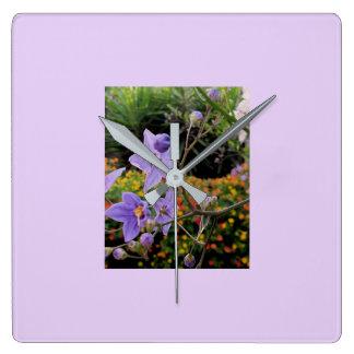 BlumenWanduhr in den empfindlichen malvenfarbenen Quadratische Wanduhr