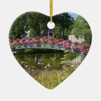 Blumige Brücke an Bagnoles-De-l'Orne Keramik Herz-Ornament