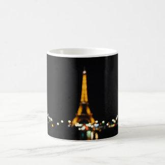 Blurry Eiffel-Turm durch NachtTasse Kaffeetasse