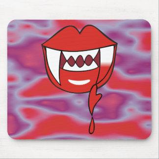 Blutige Herz-Vampirs-Lippen im Rot Mousepad