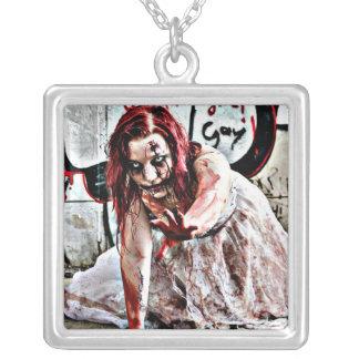 Blutiges Zombie-Mädchen, Versilberte Kette