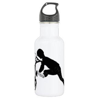 BMX trägt Trinkflasche